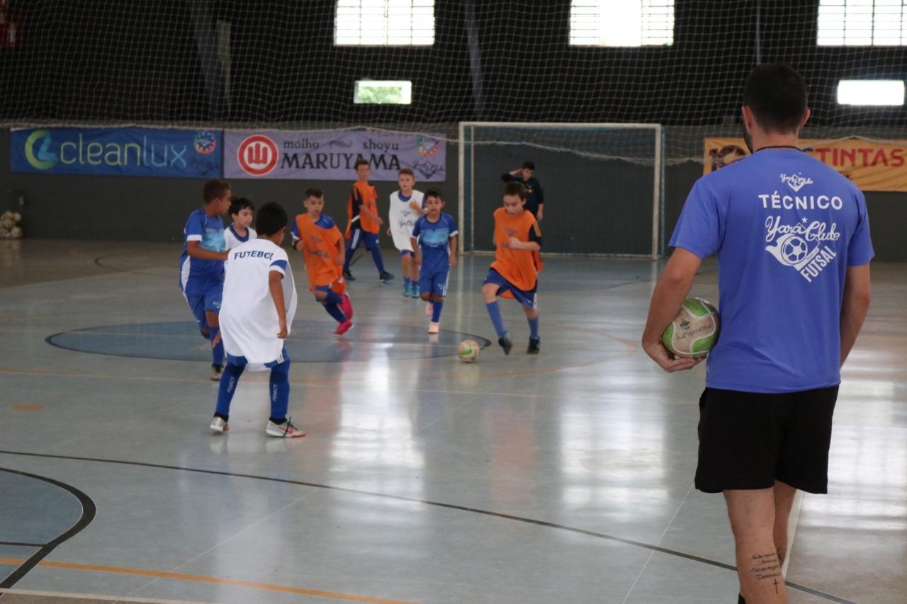 Escola de Futsal de 8 a 17 anos com treinos para disputas em campeonatos regionais