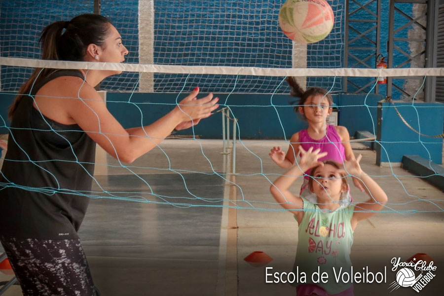 Escola de Voleibol com mini rede