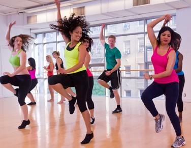 Zumba: alegria e exercícios físicos em forma de danca que queima gordura