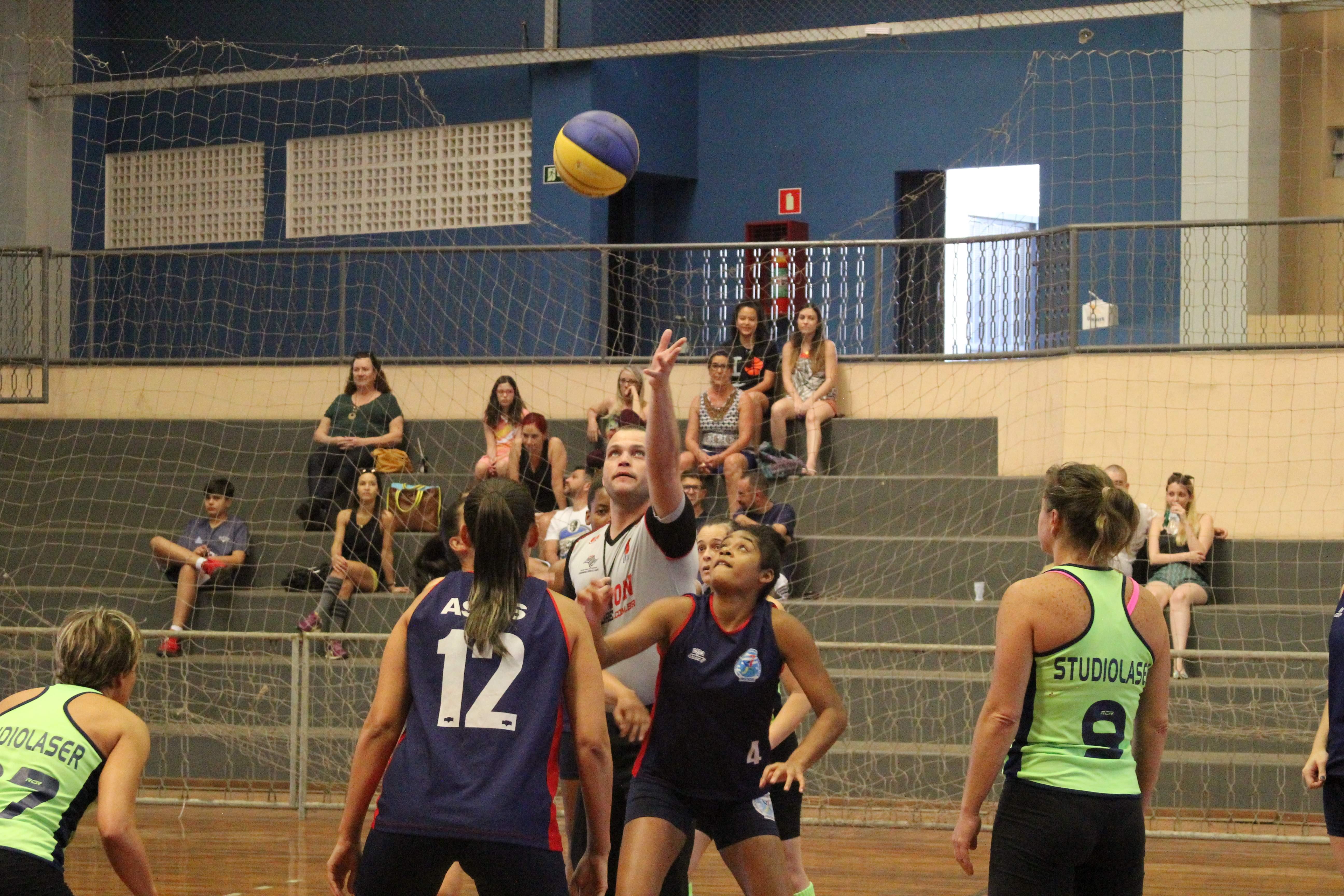 Equipe feminina de basquete joga partida pela LBC