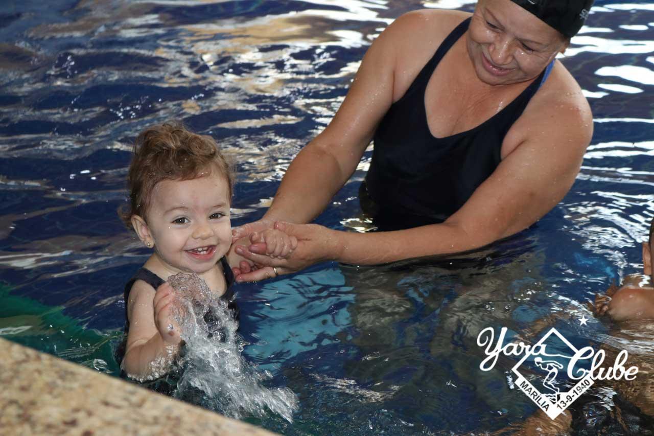 Domingo terá aula especial de natação para bebês com os pais